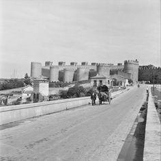 Ávila- Año. Entre 1950 y 1971. Vista de las murallas y hombre desplazándose con un carro. Autor: Walter Schröder.