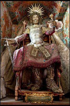 Tema serio Increíbles restos humanos de santos adornados con joyas.