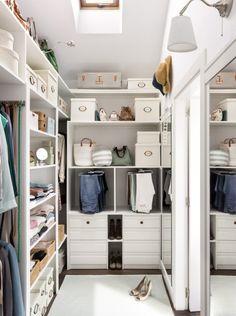 l'aménagement d'une pièce dressing fonctionnelle avec un système de rangement d'étagères ouvertes et de tiroirs agrémenté de boîtes de rangement blanches Walk In Closet, Room Decor, Bedroom, Closets, Inspiration, Houses, Rooms, Studio, Ideas