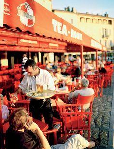 Alfresco dining at the café Sénéquier.