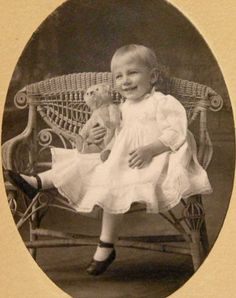 VINTAGE (1910ish) PHOTO - Pretty little girl with Teddy Bear - Steiff? Vintage Teddy Bears, My Teddy Bear, Bear Toy, Vintage Toys, Vintage Prints, Antique Photos, Vintage Pictures, Old Pictures, Vintage Images