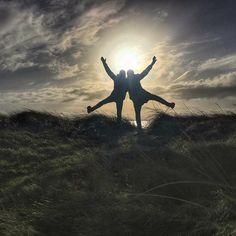 """Kasper am Werk 😂 Es war ein bisschen wie Neuseeland 🇳🇿 genauso albern, deutlich frischer aber alle Erinnerungen waren präsent 😂 Dabei war es eine kleine Düne auf der Ostseeinsel Fehmarn, die zu """"Kasperaden"""" verleitet hat. 😊 --- WELLNESS - REISEN - GENUSSREISETIPPS 📬WellSpa-Portal.de 👩💻Facebook.com/WellSpaPortal 🐥Twitter.com/WellSpaPortal 📷Pinterest.com/WellSpaPortal #ostsee #weroamgermany #visitgermany #wanderlust #natgeo #neverstopexploring #wekeepmoments #fehmarn #bestplacetogo…"""