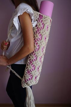 Yoga Bag, Yoga Gift, Yoga Mat Holder, Macrame Macrame bag for yoga or pilates mat with adjustable strap and fringe. Great gift for yogi or pilates addicts. SIZE Length: Fringe: The circumference of the top part is It varies depending on how Diy Macrame Wall Hanging, Macrame Art, Macrame Projects, Macrame Knots, Macrame Mirror, Macrame Purse, Macrame Curtain, Pilates Mat, Pilates Reformer