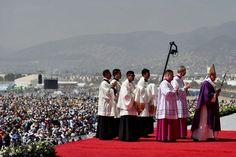 """Papa advierte: """"con el demonio no se dialoga"""" en misa en violento suburbio"""