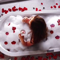 Ein Bad in einem Meer von Blütenblättern in einer freistehenden Badewanne? Klingt verrückt, aber im wunderbaren Kuschen und Genießer Hotel Gams in Österreich ist es ein wahrgewordener Badewannen Traum mit Whirlpool Funktion!