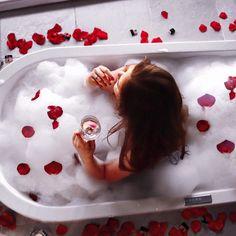 chica tomando baño