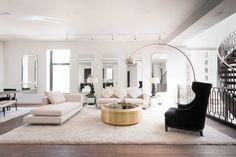 Gold Kaffeetisch im modernen Wohnzimmer