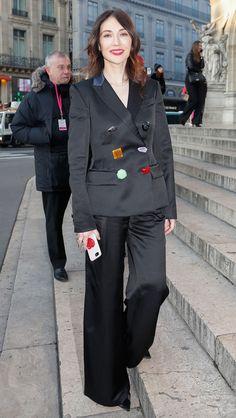c18ae287256696 Carice van Houten schittert in een prachtig pak in Parijs