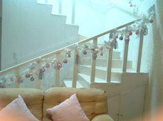 Guía de escalera en tonos rosa.