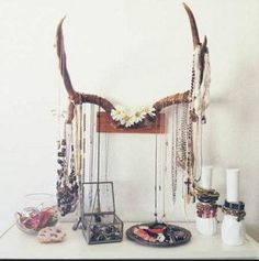 use antlers as jewelry stand Okay, even we will admit that no one's over the antler craze in decor just yet. Ideas Decorar Habitacion, Ideas Para Organizar, Jewelry Stand, Jewelry Rack, Antler Jewelry Holder, Hang Jewelry, Silver Jewelry, Vintage Jewelry, Jewelry Armoire