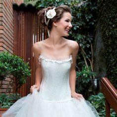 Tiara dupla de cetim com camélia de tecido para noivas românticas que gostam de flores no penteado de casamento. Foto:Taciana Valadares www.mercedesalzueta.com.br