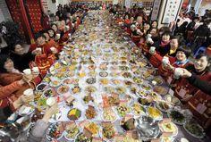 春節を前に中国湖北省武漢市で開かれた、年越し料理1万食余りを持ち寄って堪能する大規模な宴会 =24日>(共同) ▼27Jan2014産経新聞|「世界で最も料理が多い宴会」で3万人が堪能 中国・武漢 http://photo.sankei.jp.msn.com/highlight/data/2014/01/27/04china/ #chunjie #chinese_new_year #lunar_new_year #china #wuhan