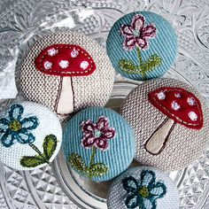 More free motion embroidery on fabric-covered buttons . Free Machine Embroidery, Embroidery Stitches, Hand Embroidery, Button Art, Button Crafts, Fabric Covered Button, Covered Buttons, Sewing Crafts, Sewing Projects