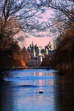 Vista pela manhã, St. James's Park em #Londres, o mais antigo #parque real da capital http://geleia.tv/1iCUNtr