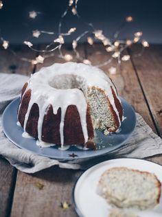 Rezeptidee für einen saftigen Guglhupf: Eierlikör-Mohn-Kuchen. Schnell gemacht und super lecker und fluffig. Einfaches Basisrezept für einen leckeren Kuchen zur Kaffeepause, der einfach immer passt! Hält sich tagelang frisch! #eierlikör #kaffeekuchen #guglhupf Yummy Recipes, Lazy Cabbage Rolls, Tiramisu, Pudding, Desserts, Super, Ethnic Recipes, Food, German