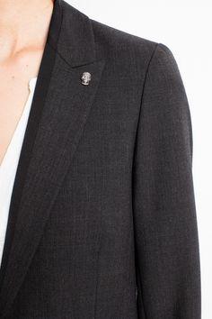 Veste de costume Zadig et Voltaire, bandes noires incrustées, doublure corps imprimée en viscose et doublure manches 50% acétate et 50% viscose, extérieur 53% polyester, 43% laine vierge, 4% élasthane.
