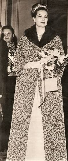 La princesa Gracia con un precioso abrigo de fiesta.