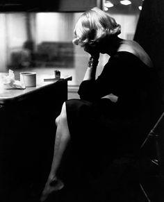 Vue de dos de Marlène Dietrich, dans les studios d'enregistrement de Columbia en novembre 1952.    PHOTO EVE ARNOLD/MAGNUM PHOTOS