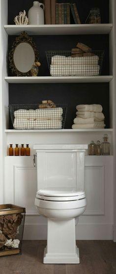 壁の一部にアクセントのある空間  トイレは狭い空間だからこそ、壁の一部だけを飾ったり、色を変えたりしてアクセントのあるインテリアにするとワンポイントになるのでオススメです。 こちらの事例は、トイレの背に当たる正面の壁をダークカラーに、棚を設置して見せる収納にしています