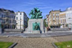 In 1908 kreeg het ronde plein op de kruising van de Kasteelstraat en de Leopold de Waelstraat een eigen naam, genoemd naar de toen recent overleden baron F.A. Lambermont (1819-1905). Hij was secretaris-generaal van Buitenlandse zaken, een functie waarin hij in 1863 de zware Scheldetol kon vrijkopen van Nederland. In de symboliek van het beeldhouwwerk spelen de Schelde en het vrijkopen van de tol een belangrijke rol.