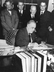 Presiddent Roosevelt signs the declaration of war against Japan- Cec. 8, 1941.
