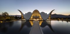 Steyn Studio, UK architects, designed the Architecture plan for Bosjes Chapel, set within a vineyard in South Africa, in the charming Witzenberg district. Religious Architecture, Amazing Architecture, Modern Architecture, Sacred Architecture, Amazing Buildings, Architecture Details, Concrete Structure, Roof Structure, Parametric Architecture