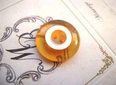 アメリカの1900年代前半のヴィンテージベークライトボタンです。透明なベークライトが経年により変色して、アップルジュースカラーになった珍しいボタンです。内側の...|ハンドメイド、手作り、手仕事品の通販・販売・購入ならCreema。