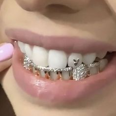 Girls With Grills, Cute Jewelry, Jewelry Accessories, Gems Jewelry, Body Jewelry, Girl Grillz, Grillz For Girls, Fille Gangsta, Diamond Teeth