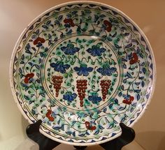Dish with vines and grapes, Turkey, Iznik, 17th century AD, composite body, underglaze-painted - Huntington Museum of Art