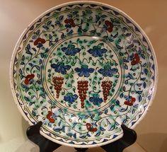 Dish with vines and grapes, Turkey, Iznik, 17th century AD, composite body, underglaze-painted - Huntington Museum of Art