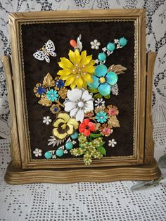 Framed Jewelry Collage , Estate Jewelry Art Floral Picture , Vintage Brooches Home Decor by VintageRedo - DIY Jewelry Crafts Ideen Costume Jewelry Crafts, Diy Jewelry To Sell, Vintage Jewelry Crafts, Antique Jewelry, Victorian Jewelry, Craft Jewelry, Vintage Jewellery, Jewelry Making, Recycled Jewelry