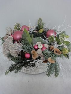 Kerstkrans op sfeervolle glazen schaal