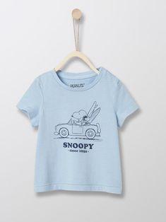 Le plus célèbre des quadrupèdes d'Amérique promène sa moue pataude dans nos collections. Une ligne de sweats et t-shirts Famille 100% vintage et bonne humeur !   DÉTAILS Manches courtes. Encolure ronde.   MATIÈRE 100% coton. Le Polo, Snoopy, T Shirt, Collection, Tops, Vintage, Fashion, Boardshorts, Polo Neck