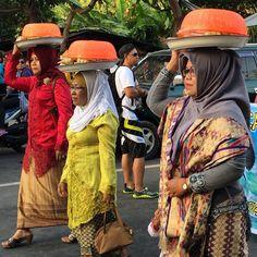Balancing things on your head is a real talent here in Lombok! #lombok #senggigifestival #indonesia #upstickandgo #travellingtheworld #festival #balance #culture #senggigi