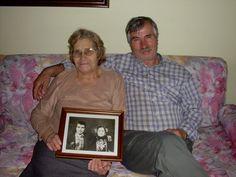 En Grèce il y a environ 28.800 Témoins de Jéhovah. Ce couple de frère et sœur âgés est heureux de nous montrer sa photo de mariage alors qu'ils avaient tous deux 17 ans. Ils ont risqué leur vie pour aider leurs frères et sœurs sous l'interdiction. Aujourd'hui, à plus de 80 ans, leur fidélité à Jéhovah est un bel exemple. Jéhovah ne les oubliera pas.