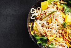 Gebratene Reisnudeln mit Karotten und Mango Asian Recipes, My Recipes, Ethnic Recipes, Chili, Pizza, Gluten Free, Cooking, Food, Pie