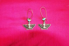 """Boucles d'oreille """"Isis"""" : estampes cuivrées forme déesse perles en verre turquoise attaches sans nickel : Boucles d'oreille par lericheattirail"""