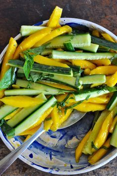 Mango-Cucumber Salad with Cayenne Dressing and Lime Basil Mango Gurkensalat Healthy Salad Recipes, Raw Food Recipes, Healthy Snacks, Vegetarian Recipes, Healthy Eating, Cooking Recipes, Juicer Recipes, Fast Recipes, Mango Salad