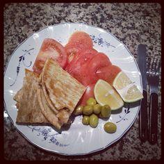 عرايس اللحمة مع شرايح البندورة الحمراء ونصف ليمونة حامضة مع الزيتون الأخضر.  #lunch #Amman #Jordan