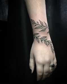 The 43 best arm tattoos for women Girly Tattoos, Tattoos Bras, Red Ink Tattoos, Flower Wrist Tattoos, Neue Tattoos, Badass Tattoos, Foot Tattoos, Small Tattoos, Tatoos