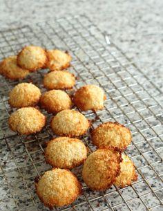 Gezonde kokosmakronen met 3 ingrediënten - Eet clean Sweet Recipes, Snack Recipes, Healthy Recipes, Biscuit Cookies, Happy Foods, Cakes And More, High Tea, Coco, Food Inspiration