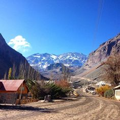 It's incredible when a photo can take you back to a certain feeling. This photo for me, brings back the feeling of being welcomed into a new family. @fromchilliwithlove 's parents, siblings and extended family were so kind to me (@missmoniquethorpe) when we visited last year and this daydrip we took to Cajon del Maipo was the cherry on the cake. It was an incredible day where everyone was happy to be out of the city, out of the smog and not at work! I feel like I have two loving and smiling…