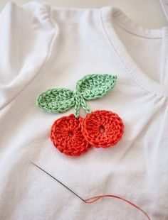 """cupcakes-n-crochet: """"Cherry Crochet Applique: free pattern here - please read terms of use before using this pattern as per authors request! Crochet Brooch, Crochet Diy, Crochet Motifs, Crochet Amigurumi, Love Crochet, Crochet Crafts, Crochet Flowers, Crochet Stitches, Crochet Projects"""