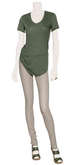 Playera de algodón de color verde prado by Helmunt Rubin. Pantalón skinny de piel en color haze by Helmunt Lang. Sandalias de piel con suela de corcho en color verde by Givenchy.