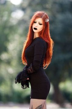 Top Gothic Fashion Tips To Keep You In Style. As trends change, and you age, be willing to alter your style so that you can always look your best. Consistently using good gothic fashion sense can help Punk Girls, Hot Goth Girls, Gothic Girls, Dark Beauty, Goth Beauty, Dark Fashion, Gothic Fashion, Fashion Tips, Style Fashion