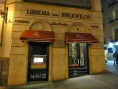 """""""La librería Bardón"""" en Madrid. Considerada como uno de los espacios con más encanto del mundo, fue fundada en 1947 por Luis Bardón y cuenta en la actualidad con unos cincuenta mil ejemplares. Su especialidad son las ediciones tempranas, desde incunables (libros editados desde la invención de la imprenta hasta principios del siglo XVI), hasta ejemplares del siglo XVIII."""