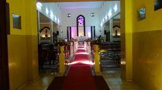 iluminação cênica na passarela da igreja.