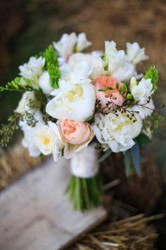 #peachandwhitebouquet #rusticwedding #wedddingchicks http://www.weddingchicks.com/2013/12/23/country-chic-wedding-2/