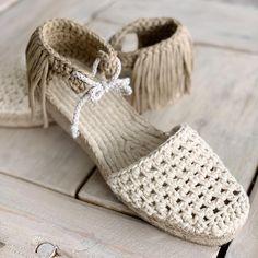 Chicas, va llegando el momento de empezar a tejer alpargatas! Preparad esos ganchillos porque de la ALPARGATA VINTAGE nos vamos a hacer… Diy Crochet Sandals, Crochet Boot Socks, Crochet Slipper Boots, Knit Shoes, Crochet Slippers, Crochet Shoes Pattern, Shoe Pattern, Tongs Crochet, Crochet Flip Flops