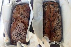 Ο σεφ Γιάννης Μπαξεβάνης φτιάχνει το νοστιμότερο ψωμί. Βαρύ, με σοκολατένιο χρώμα και σοκολατένια γεύση που του χαρίζει το χαρούπι. Αν όμως δεν θέλετε να ζυμώσετε, φτιάξτε το με μπύρα που το βοηθάει να φουσκώσει χωρίς ζύμωμα. Greek Recipes, Scones, Healthy Choices, Banana Bread, French Toast, Beef, Breakfast, Desserts, Food